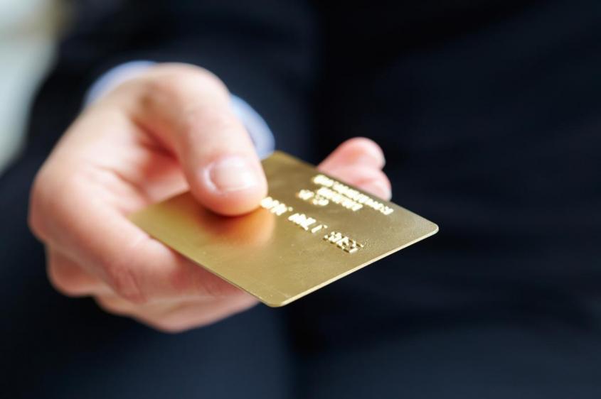 Зачем каждый банк так активно «впаривает» нам банковскую карту?