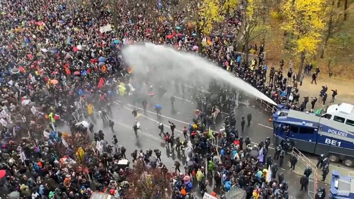 Берлинская полиция разгоняет протестующих антикороновирусников газом и водометами