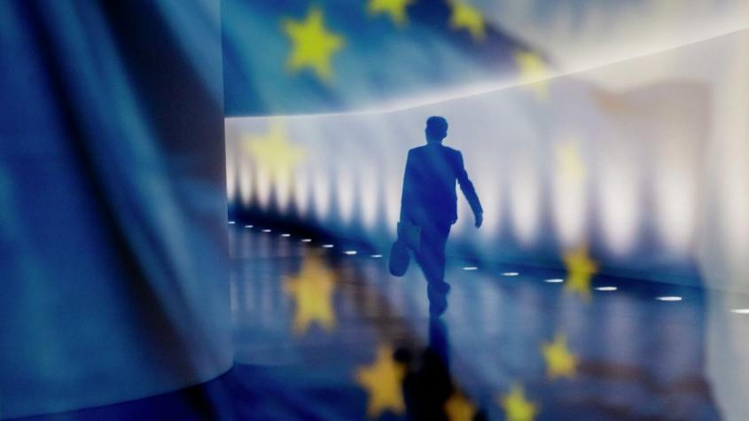 Отражение мужчины на фоне флага ЕС – РИА Новости, 1920, 20.11.2020