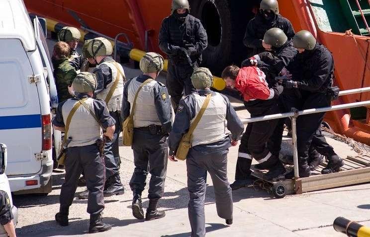 Сотрудники МВД и ФСБ во время антитеррористических учений
