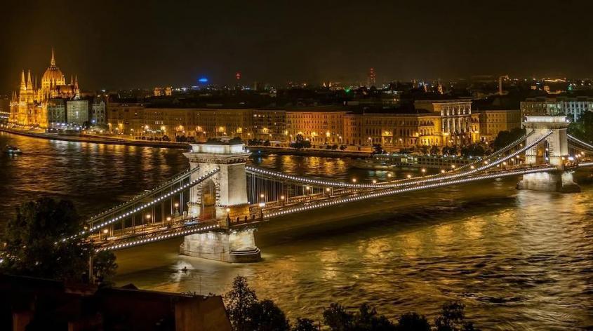 Венгрия запретила усыновление детей однополыми парами извращенцев