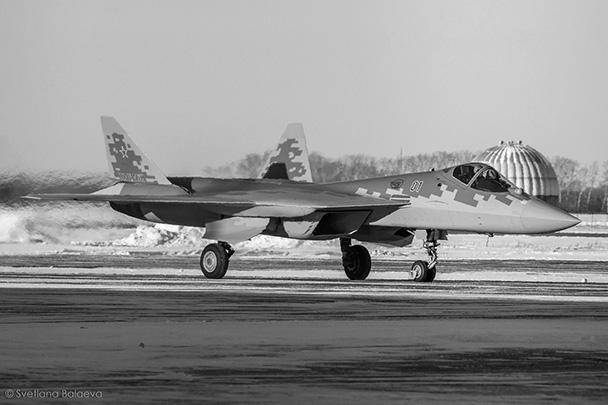 Воздушно-космические силы России получили на вооружение первый серийный истребитель пятого поколения Су-57. Перед поступлением в строевую часть машина пройдет испытания в Государственном летно-испытательном центре в Ахтубинске