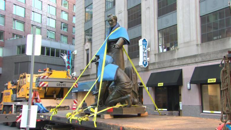 В Бостоне негры снесли памятник Аврааму Линкольну, освободителю негров в США