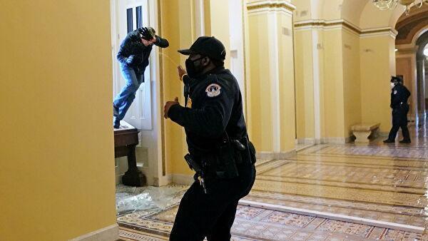 Протестующие в здании Капитолия