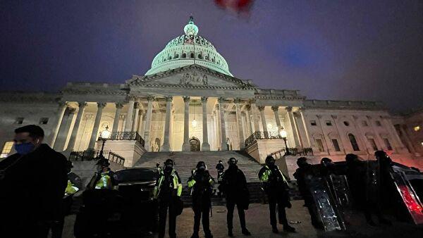 Полиция у здания Капитолия в Вашингтоне