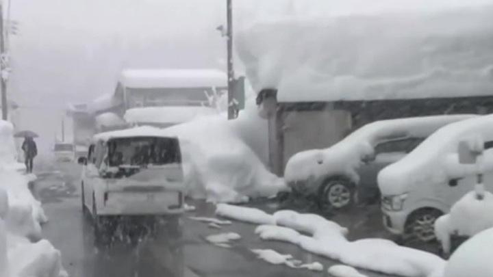 Снегопад парализовал Японию, высота снежного покрова в некоторых районах достигла 2,5 метров, высота снежного покрова достигла 2,5 метров