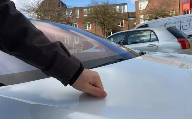Перед поездкой на машине обязательно постучите по капоту и проверьте колеса