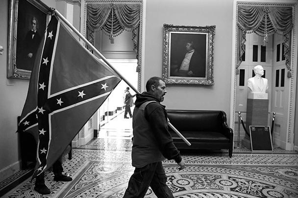 Сторонники Трампа не расставались с флагами конфедератов