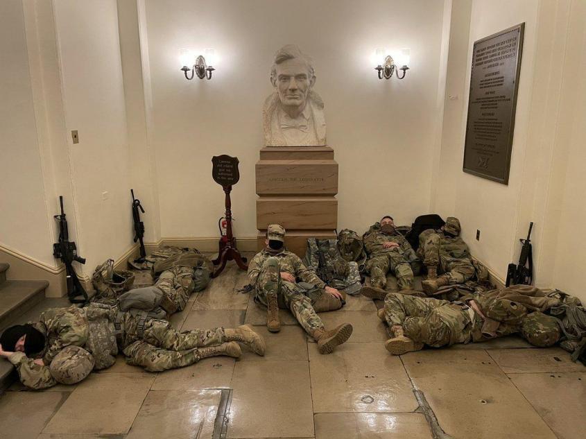 Национальная Гвардия в Капитолии спит на полу в повалку спит на полу в повалку