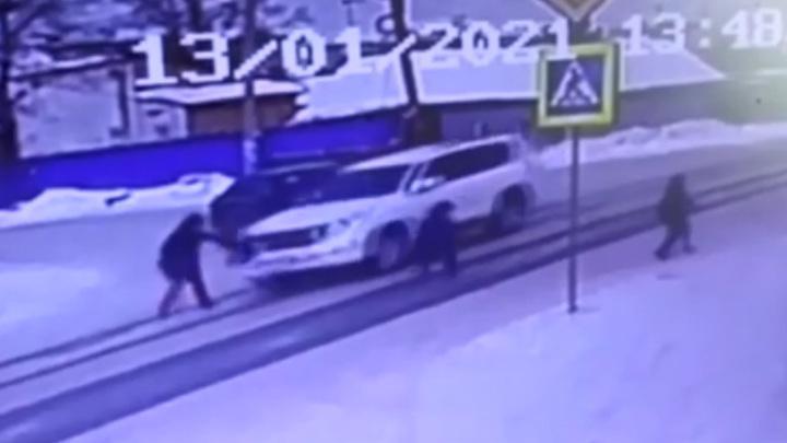 В Омске внедорожник сбил на пешеходном переходе женщину, ведущую детей в школу