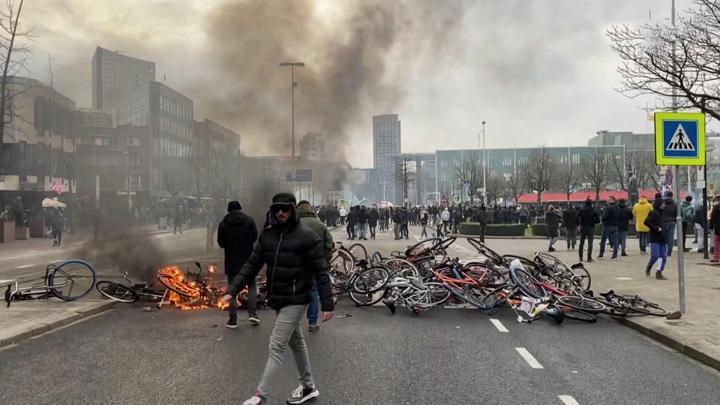 Противники карантина устроили настоящие бунт и погромы в Нидерландах