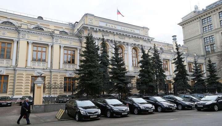 Центробанк не будет ограничивать валютные операции, но банки поддержит
