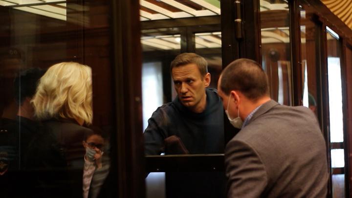 Лёша Оральный уезжает на 2,5 года, кресло группенфюрера оппозиции готовится занять жена