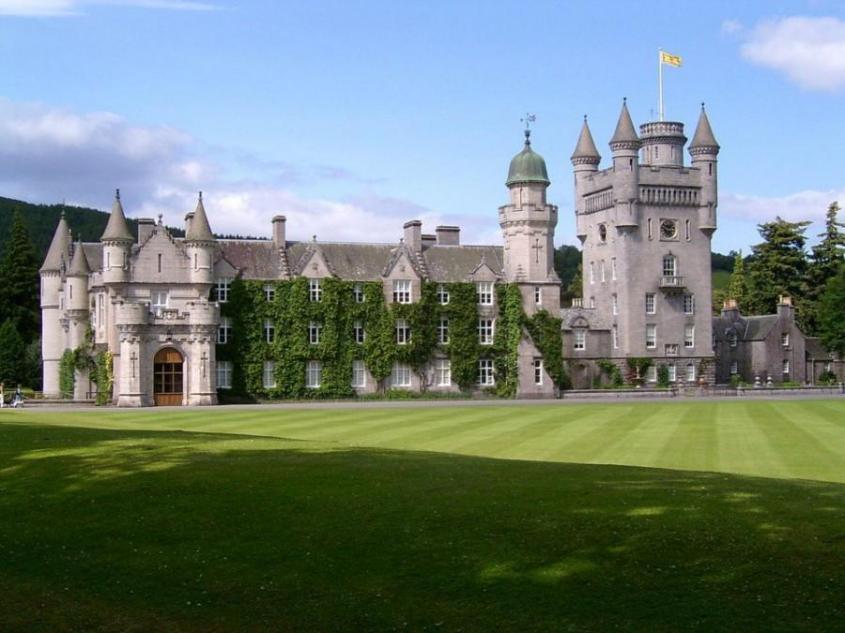 10 самых роскошных дворцов, принадлежащих королеве Англии и её клану