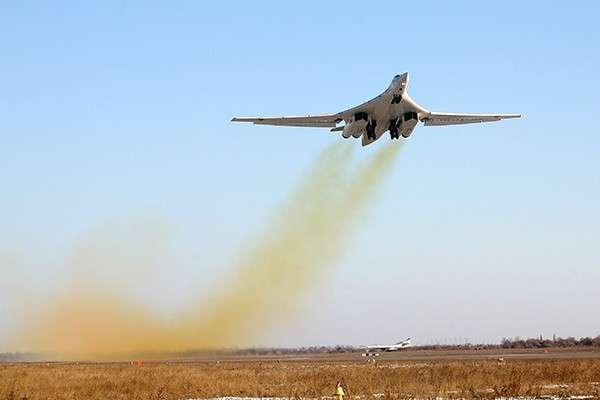 Ту-160 Белый Лебедь Однако наши пилоты окрестили их Белыми лебедями - и это больше похоже на правду.<br /> Фото ИТАР-ТАСС Ту-160,самолет,бомбардировщик,авиация,Белый лебедь,Черный Джек,