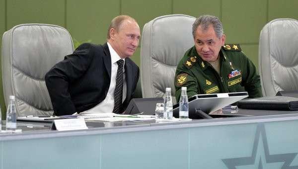 Президент России Владимир Путин и министр обороны РФ Сергей Шойгу на встрече с постоянными членами Совета Безопасности в здании Национального центра управления обороной России
