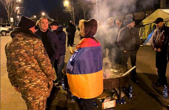 Майдан в Армении – День 2: главная дилемма – кто враг народа – армянские генералы или … премьер Пашинян