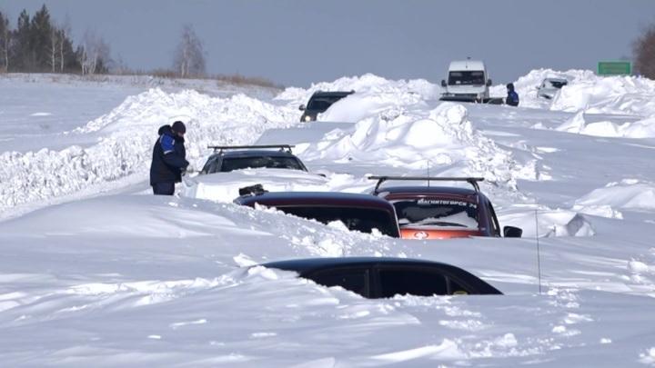 Мощный буран обрушился на Урал: машины вмерзали в снег
