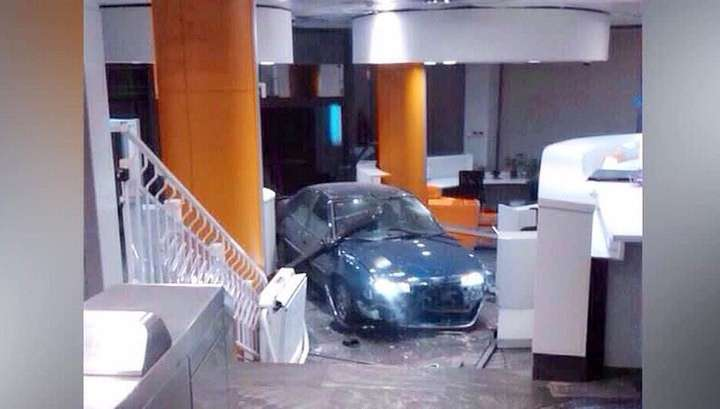 В Мадриде разорившийся бизнесмен протаранил на машине офис правящей партии