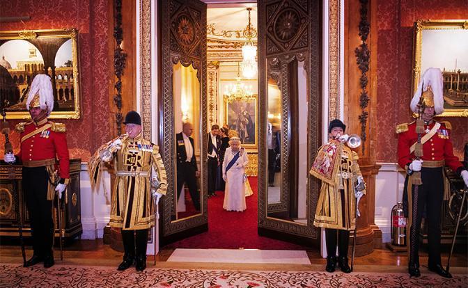 Новые паразиты ударили по старой паразитической британской монархии