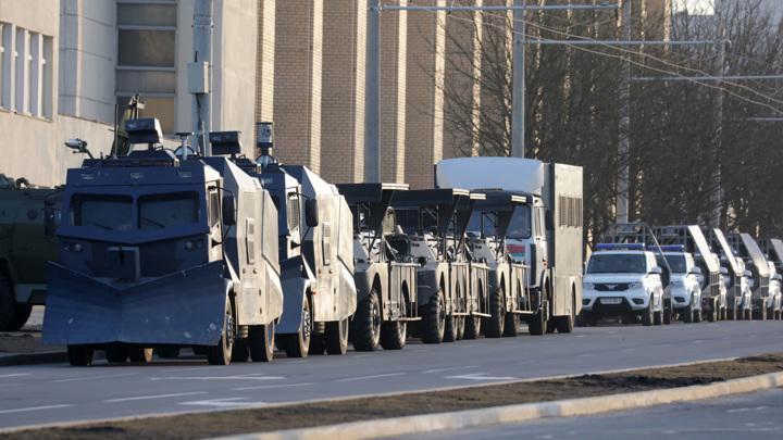 В Минск стягивают спецтехнику силовиков, замечены водомёты и машины с колючей проволокой