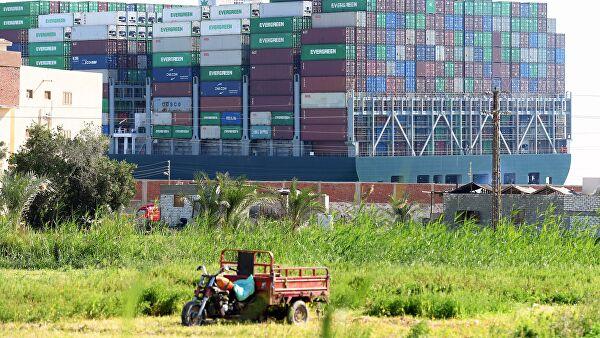Российское судно прервало выступление президента Египта у Суэцкого канала