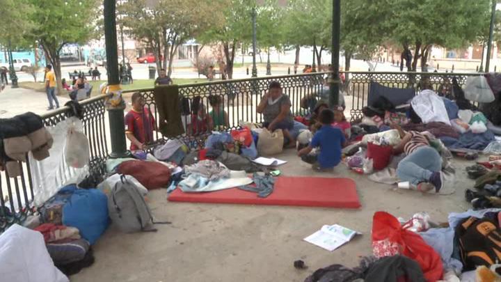 На границе США детей перекидывают через четырёхметровый забор