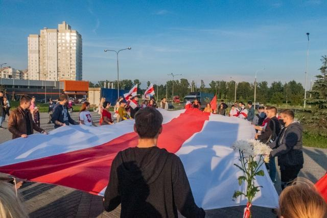 Протестующие с бело-красно-белым флагом в Минске