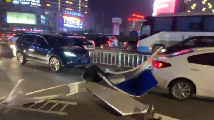 На Китай обрушился мощный ураган: летали торговые павильоны, падали деревья и столбы