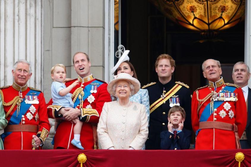 Королева Елизавета нашла в разврате новую точку роста Британии. 18+