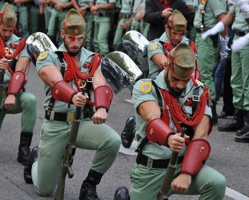 Самая смешная и необычная парадная форма военных мира