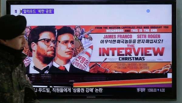 Реклама фильма Интервью на экране железнодорожного вокзала в Сеуле, Южная Корея.