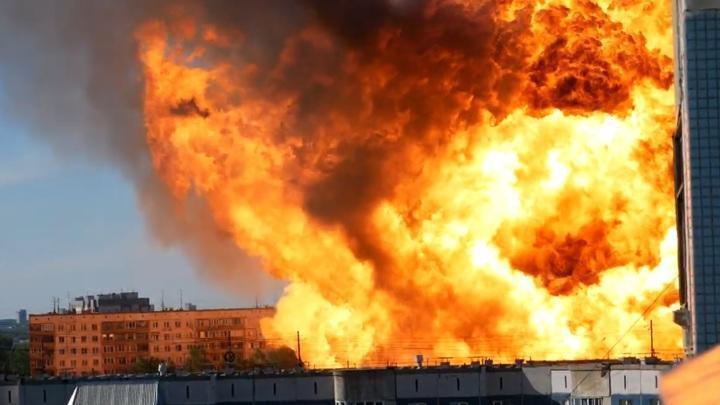 Большой взрыв, уничтоживший заправку в Новосибирске, засняли на видео