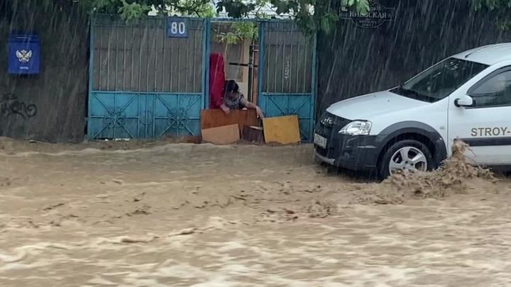 Потоп в Ялте продолжается, объявлен режим чрезвычайной ситуации, эвакуируют людей