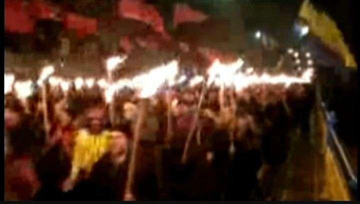 «Правый сектор» и «Свобода» устроили в Киеве факельное шествие в честь Бандеры