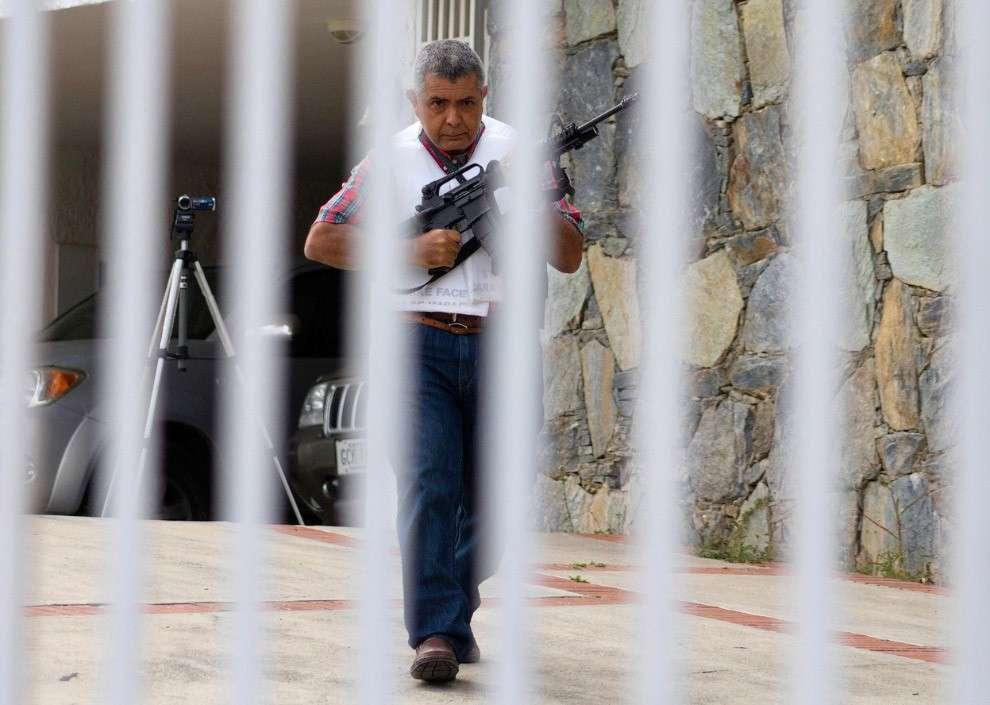 А вот и сам генерал в отставке Ангел Вивас в своем доме в Каракасе
