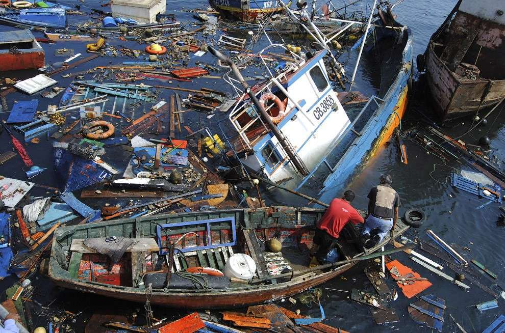 Рыбацкие лодки после землетрясения и небольшого цунами в порту Икике, Чили