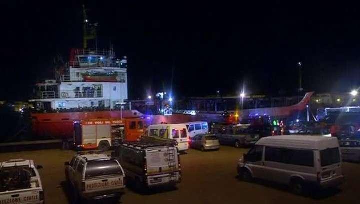 Итальянские моряки пытаются высадиться на неуправляемое судно с мигрантами