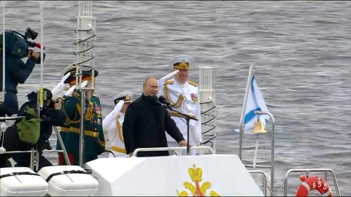 Владимир Путин осматривает корабли на Кронштадском рейде