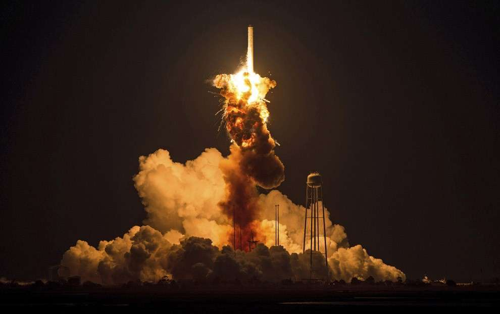 Через несколько секунд после старта взорвалась ракета-носитель Antares с космическим грузовым кораблём Cygnus