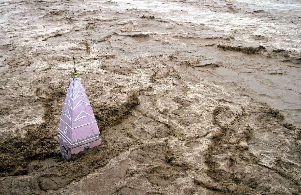 Все, что осталось от затопленного храма в городе Джамму, Индия