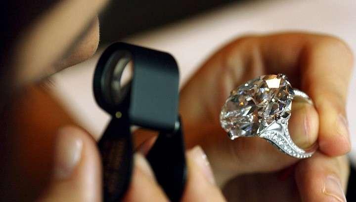 В США неизвестный украсил ёлку в полицейском участке кольцом с бриллиантом