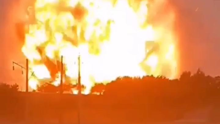 В Казахстане горит и взрывается военный склад