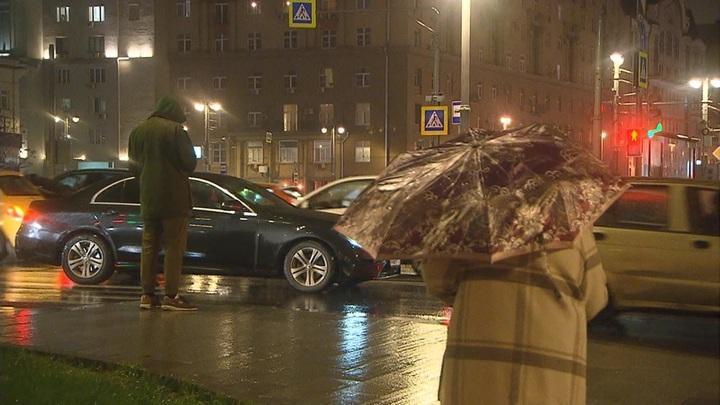 Москву заливает ливнем века. Такая погода в Москве будет вплоть до четверга