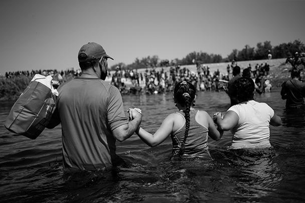 На фото – мигранты пересекают реку Рио-Гранде, чтобы попасть из Мексики в США