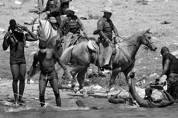 Путь им преграждают пограничники-кавалеристы