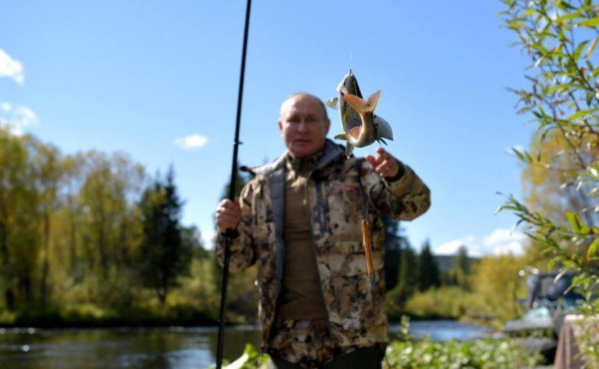 Ловил рыбу и ночевал в палатке: опубликованы кадры отдыха Путина в тайге