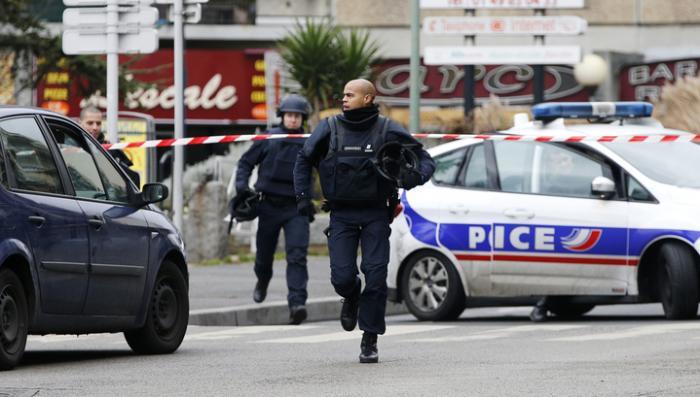 Охота на террористов: французская полиция осматривает дом за домом