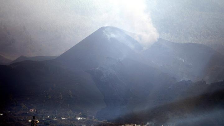 Извержение вулкана на острове Пальма: с каждым днём поток лавы всё сильнее