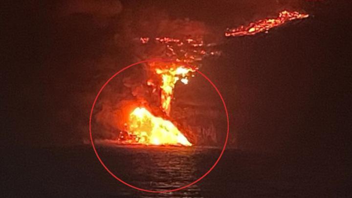 На острове Пальма лава вулкана достигла океана, спровоцировав взрывы и выбросы вредных газов